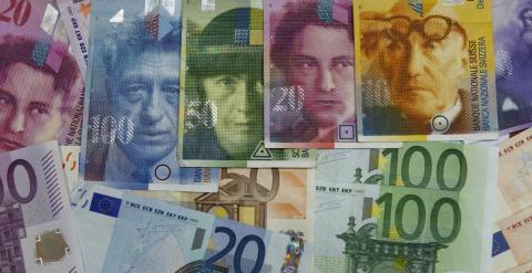 Diversos billetes de euro y de franco suizo. REUTERS
