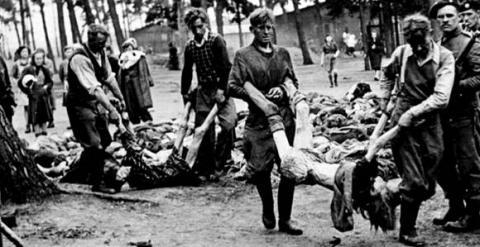 Traslado de cadáveres judíos tras el Holocausto nazi. EFE
