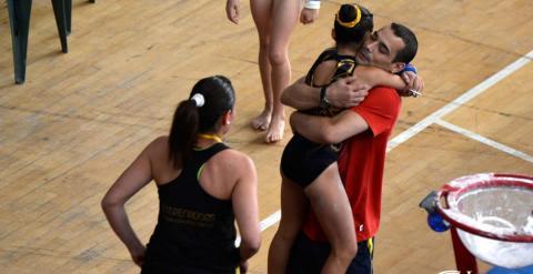 Deferr abraza a una de sus alumnas.