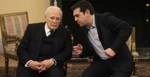 El nuevo primer ministro griego, Alexis Tsipras, habla con el presidente de la República de Grecia, Károlos Papulias, durante la ceremonia de jura de los cargos de los nuevos miembros del gobierno en el palacio presidencial en Atenas. EFE/Orestis Panagiot