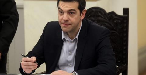 El nuevo primer ministro griego, Alexis Tsipras, firma unos documentos durante la ceremonia de jura de los cargos de los nuevos miembros del gobierno en el palacio presidencial en Atenas. EFE/Orestis Panagiotou