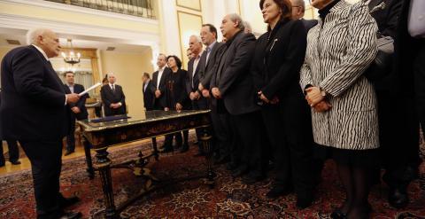 El presidente griego, Karolos Papoulias, lee el juramento político a los  nuevos ministros durante la ceremonia oficial en el Palacio Presidencial de Atenas. REUTERS / Yannis Behrakis