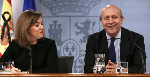 La vicepresidenta del Gobierno, Soraya Saénz de Santramaría, y el ministro de Cultura, José Ignacio Wert, durante la rueda de prensa posterior al Consejo de Ministros en el que se aprobó la reforma universitaria. EFE/Fernando Alvarado.