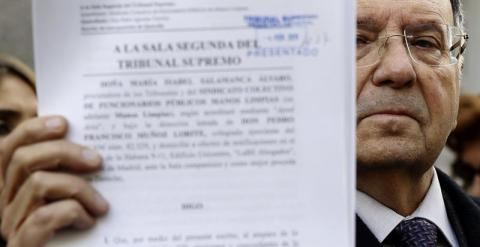 El secretario general de manos limpias, Miguel Bernar, presenta una querella en el Tribunal Supremo contra el secretario general de Podemos, Pablo Iglesias, por la supuesta comisión de diez delitos. EFE/ SERGIO BARRENECHEA