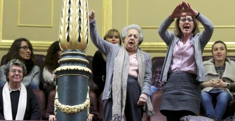 La presidenta de la Federación de Mujeres Separadas y Divorciadas, Ana María Pérez del Campo y la responsable de la Asociación Universitaria contra la Violencia Machista, Rosa San Segundo , entre un grupo de mujeres que asistía al Pleno del Congreso desde
