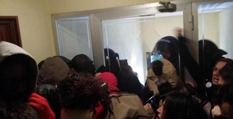 La Policía revienta una puerta de cristal para abrirse paso hasta la vivienda. TWITTER @osec