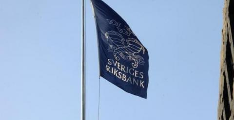 La bandera del Banco Nacional de Suecia (Riskbank), sobre la sede de la entidad en Estocolmo. REUTERS