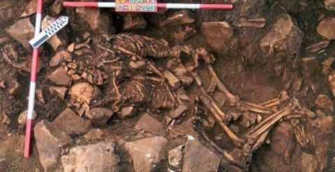 Fotografía sin fechar facilitada por el Ministerio de Cultura griego hoy, viernes 13 de febrero de 2015, que muestra dos cadáveres abrazados que datan del año 3.800 antes de Cristo (a.C.) en el entorno de la cueva de Alepotryda, en el sur del Peloponeso,