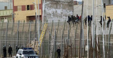 Más de 20 inmigrantes continúan subidos en la valla de Melilla./ REUTERS