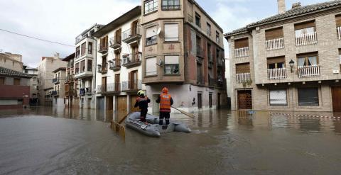 Miembros de Proteccion Civil ayudan a varias personas en el Casco Viejo de Tudela, coincidiendo con la máxima crecida del Rio Ebro, donde se han inundado las calles de la ciudad. EFE/Jesús Diges.