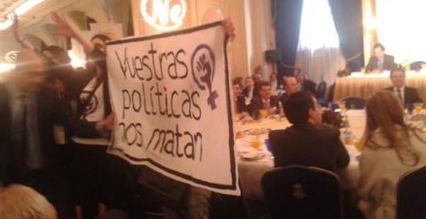 """Feministas boicotean un acto de Alonso:""""Vuestras políticas nos matan"""" 54f824a8798f1"""