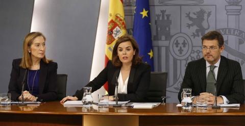 La vicepresidenta del Gobierno, Soraya Sáenz de Santamaría, junto al ministro de Justicia, Rafael Catalá, y la ministra de Fomento, Ana Pastor, durante la rueda de prensa tras la reunión del Consejo de Ministros./ EFE