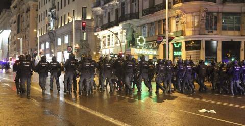 Las cargas policiales se han producido en la calle de Gran Vía y la calle de Montera en Madrid contra manifestantes después de la concentración en la Plaza de Colón de las Marchas de la Dignidad./ EFE