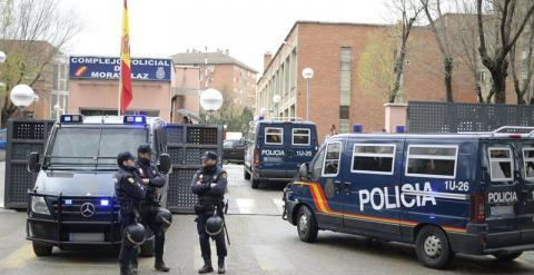 Dispositivo de seguridad a la entrada de las dependencias de la comisaría de Moratalaz, en Madrid, donde se encuentran las 14 personas mayores de edad detenidas. EFE/Víctor Lerena