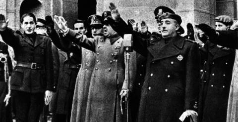 Dionisio Ridruejo (a la izquierda), miembro de Falange, realiza el saludo fascista junto a Franco ante la tumba de José Antonio Primo de Rivera. EFE