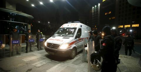 Una ambulancia abandona el Palacio de Justicia de Estambul, tras la operación policial para liberar al fiscal tomado como rehén por miembros del DHKP-C. REUTERS/Osman Orsal