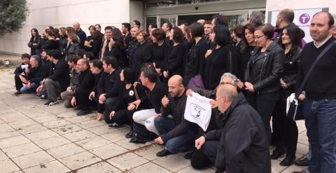 Trabajadores de RTVCM durante la protesta 'Los viernes a negro' que realizan todos los viernes como muestra de rechazo contra la corrupción del canal público. / PÚBLICO