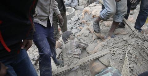 Un hombre atrapado bajo los escombros de un edificio destruido por el terremoto de Nepal, en Katmandú.- EFE / EPA / NARENDRA SHRESTHA