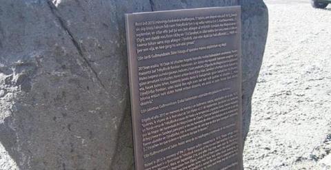 Placa colocada en memoria de los 32 balleneros guipuzcoanos asesinados en 1615 en Islandia. (ÓLAFUR ENGILBERTSSON, ICELAND REVIEW)