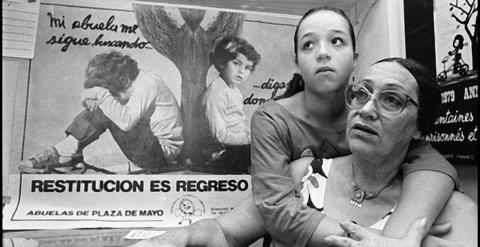 Carla Rutilo, con su abuela Matilde Artés.