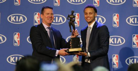 Curry recibe el premio al MVP de la temporada. REUTERS