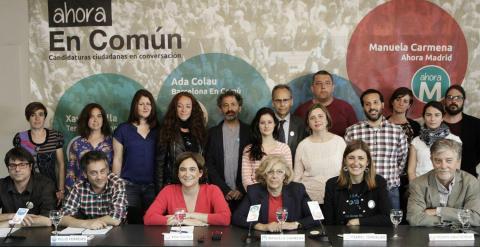 Los portavoces y candidatos de distintas iniciativas municipalistas, con Ada Colau y Manuela Carmena en el centro, duran la rueda de prensa.