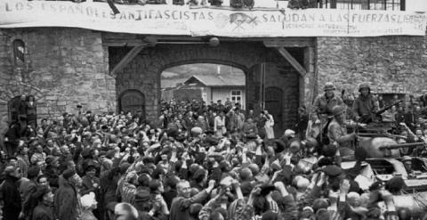Españoles presos en Mauthausen dan la bienvenida a las tropas estadounidenses