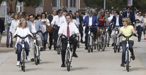 Mariano Rajoy, en el centro, flanqueado por Cifuentes y Aguirre durante su paseo por Madrid Río. / JAVIER LIZÓN (EFE)