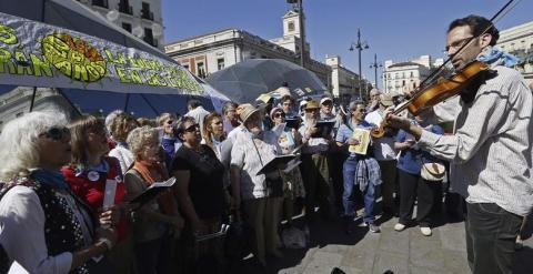 El movimiento 15M celebra su cuarto aniversario en la Puerta del Sol con cientos de ciudadanos participando en asambleas y actividades lúdicas. EFE