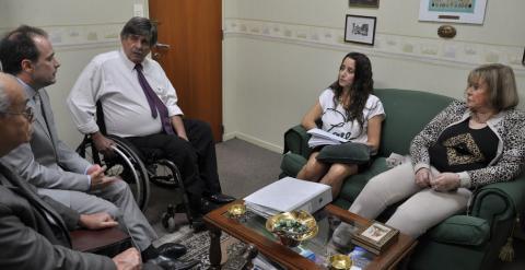 La jueza con sus ayudantes y los abogados de la querella Máximo Castex y Carlos Slepoy.