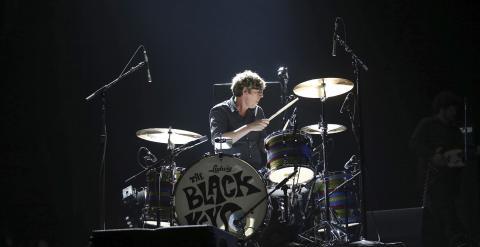 """El batería de la banda estadounidense """"The Black Keys"""", Patrick Carney, durante el concierto de la primera jornada del Festival Primavera Sound celebrado esta noche en Barcelona. EFE/Alejandro García"""