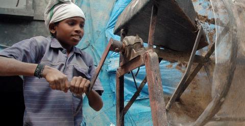 Venkatesh, de once años, trabaja como jornalero para una empresa de construcción, en Hyderabad, en el estado meridional indio de Andhra Pradesh. AFP/NOAH SEELAM