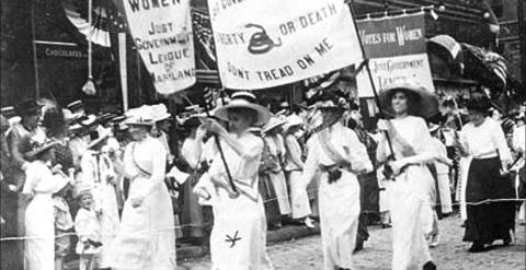 Mujeres feministas manifestándose en los años a mediados del siglo XX