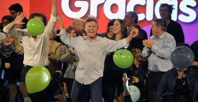 El jefe de gobierno porteño, Mauricio Macri, sube al escenario en apoyo al candidato a la alcaldía de Buenos Aires de la conservadora propuesta republicana (PRO), Horacio Rodríguez Larreta. /EFE