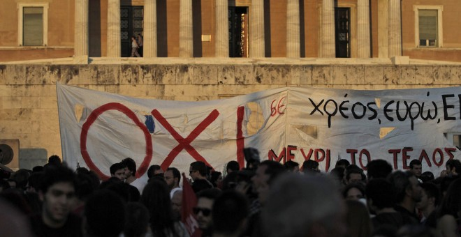 Varias personas participan en una protesta contra las políticas de austeridad en el Parlamento de Atenas.- Orestis Panagiotou (EFE)