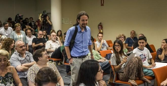 """El secretario general de Podemos, Pablo Iglesias, a su llegada a la inauguración del curso """"El efecto Podemos. Entre la teoría y la práctica"""" en los Cursos de Verano de El Escorial que organiza la Universidad Complutense de Madrid. EMILIO NARANHO (EFE)"""
