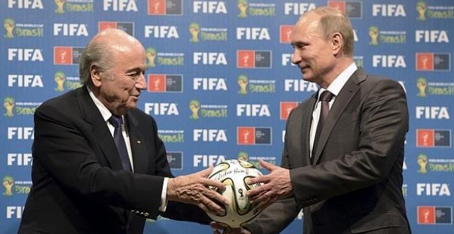 Vladimir Putin, presidente de Rusia, y Joseph Blatter, presidente de la FIFA, en una imagen de archivo de un evento organizado por la FIFA. REUTERS