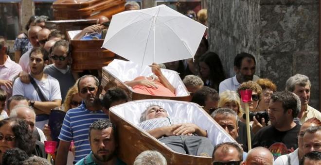 Los penitentes son porteados en procesión dentro de ataúdes en la pequeña localidad de Santa Marta de Ribarteme, en As Neves (Pontevedra).- EFE EFE/Salvador Sas