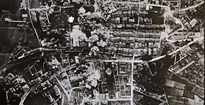 Imagen aérea tomada por la aviación aérea del bombardeo sobre Durango en la primavera de 1937.  Estas fotos están incluidas en el folleto que se entrega a los turistas.