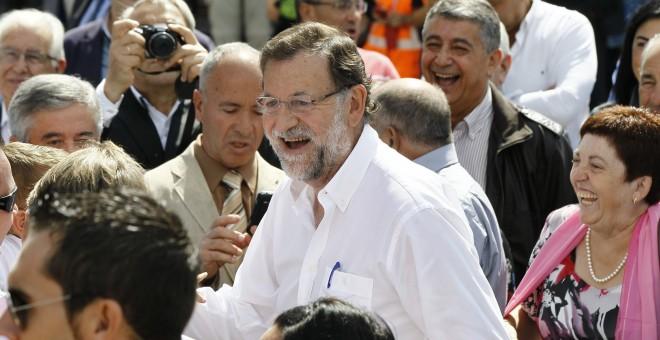 El presidente del Gobierno, Mariano Rajoy, durante su visita a la localidad lucense de Portomarín. EFE/Eliseo Trigo