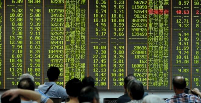 Inversores observan el panel de resultados de la Bolsa de Hangzhou (China). /REUTERS