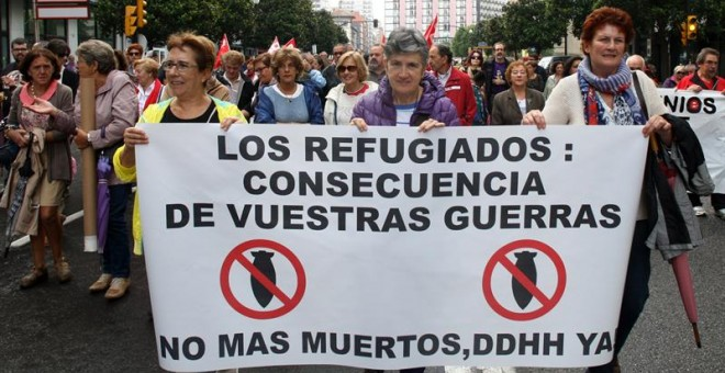 """Varios cientos de personas han secundado hoy en Gijón la manifestación convocada por sindicatos y partidos para pedir """"una respuesta solidaria"""" a la llegada de refugiados a Europa. EFE"""