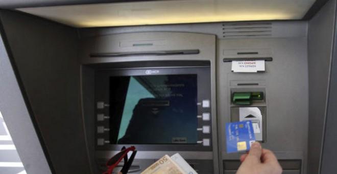 La banca comienza hoy a cobrar comisiones en los cajeros a for Como cobrar en un cajero automatico