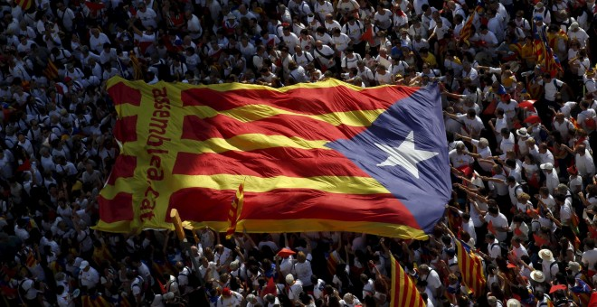 La bandera estelada sujetada por los participantes en la pasada Diada. REUTERS/Albert Gea