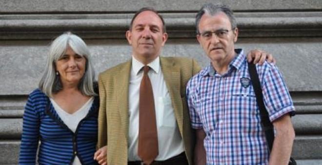 Pablo Mayoral, en el centro, junto a Merçona Puig Antich y Andoni Txasko Díaz tras presentar la querella ante la jueza argentina que investiga los crímenes del franquismo.