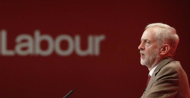El flamante líder del Partido Laborista británico, Jeremy Corbyn, intervine en el congreso de la formacuión en Brighton. REUTERS/Luke MacGregor