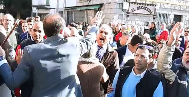 El alcalde de Los Molinos intenta apaciguar a los exaltados durante el homenaje a los caídos del franquismo.- AHORA LOS MOLINOS