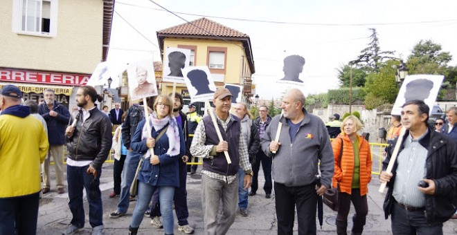 Varios vecinos de la localdiad madrileña de Los Molinos protestan contra el homenaje a los caídos del franquismo en la localidad.- AHORA LOS MOLINOS.