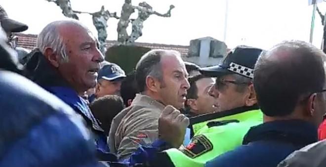 Varios vecinos de la localdiad madrileña de Los Molinos increpan a los manifestantes que protestaban contra el homenaje a los caídos del franquismo en la localidad.- AHORA LOS MOLINOS.