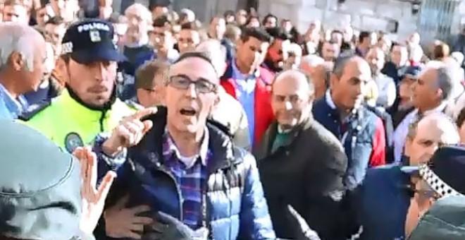 Varios vecinos de la localidad madrileña de Los Molinos increpan a los manifestantes que protestaban contra el homenaje a los caídos del franquismo en la localidad.- AHORA LOS MOLINOS.